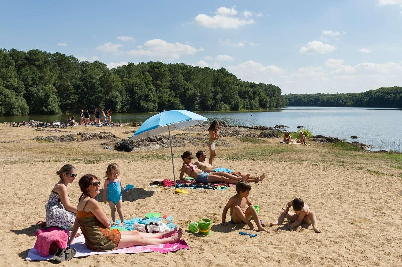 Famille à la plage – Baignade – Lac de Trémelin-min