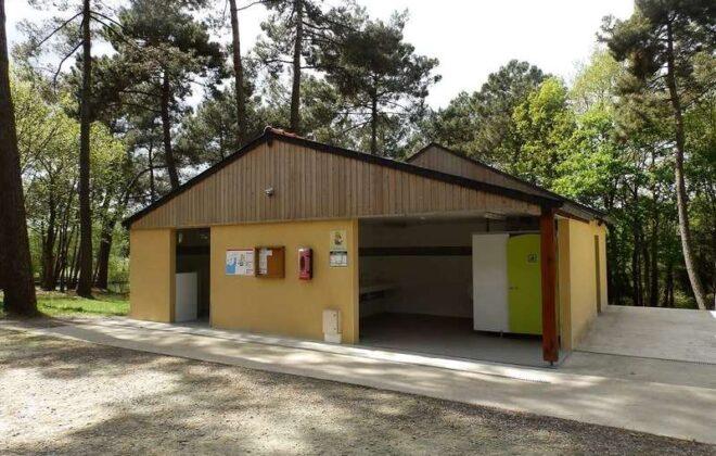Dormir-Bloc-sanitaire-Lac-de-Trémelin